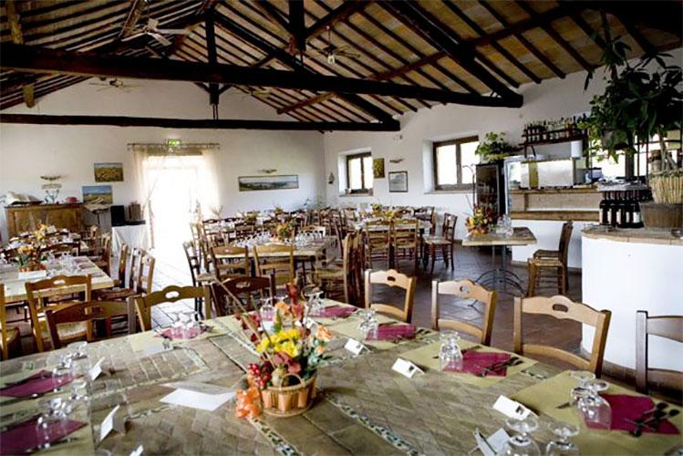 banchetto stalla ristorante tavolo cotto sedie legno agriturismo casale martignano roma lazio