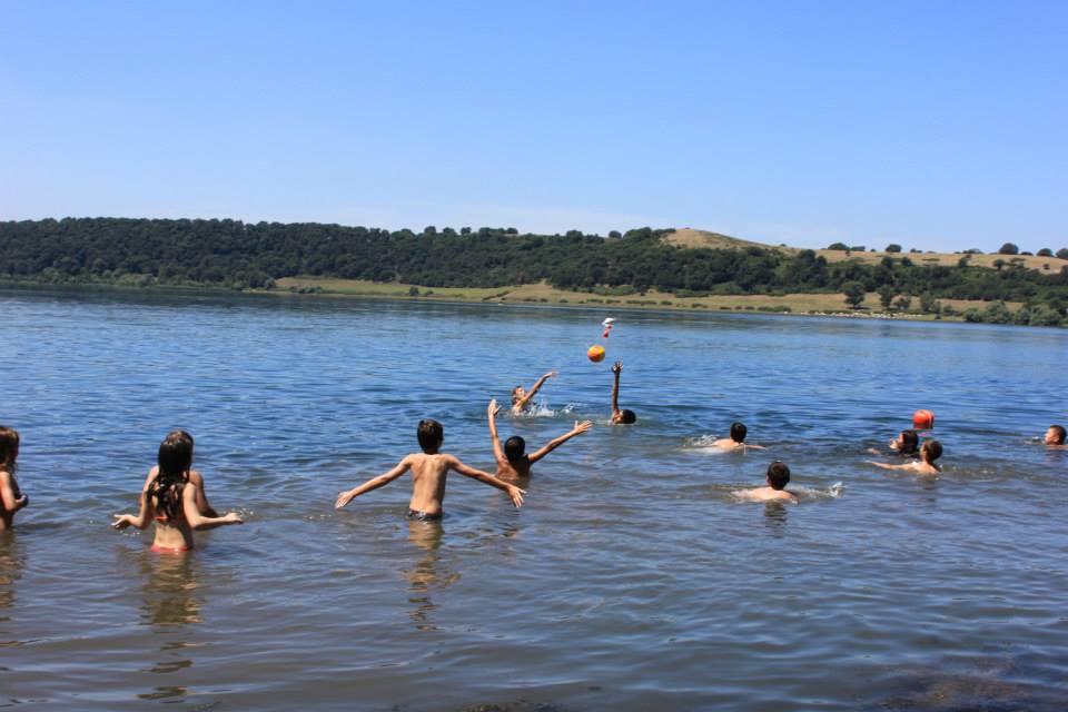 balneazione al lago di Martignano di bambini nella spiaggia del casale di martignano